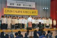 川口小学生と「ビリーブ」を合唱する沢田知可子さん