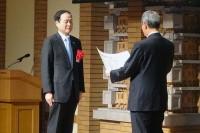 会長の中村満義鹿島建設社長が表彰状の授与