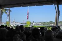 会場から見たアリゾナ記念館と戦艦ミズーリ