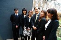 市長室で笑顔のメンバー