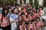 宇崎・阿木ご夫妻と少年少女合唱団の子供達